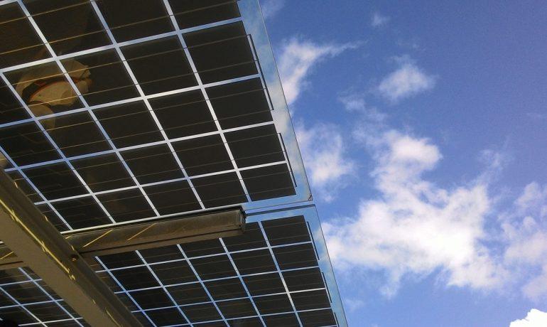 ¿Qué voltaje puede producir un panel solar?